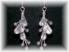 Zilveren oorbellen met zirconia.