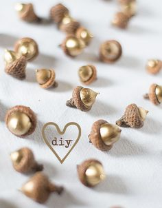 herbstlaubgoldiges dinner im wald - diy projects Noel Christmas, Christmas Crafts, Christmas Decorations, Xmas, Christmas Ornaments, Gold Diy, Diy And Crafts, Crafts For Kids, Acorn Crafts