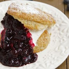 Quick and Easy Scones with Blueberry Compote and Whipped Cream. I love scones :-P Cottage Cheese Breakfast, What's For Breakfast, Breakfast Recipes, Dessert Recipes, Breakfast Bites, Blueberry Compote, Blueberry Scones, Homemade Scones, Just Desserts