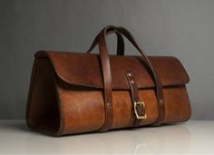 Leather bag Check out these trendy duffel bags Crea Cuir, Leather Projects, Leather Tooling, Beautiful Bags, Leather Handbags, Leather Bags, Brown Leather, Leather Satchel, Leather Purses