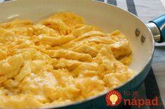 Prezradíme vám trik, ktorý vo svojich reštauráciách používajú špičkový šéfkuchári, ako napríklad svetoznámy G. Ramsay. Praženica bude krásne nadýchaná, krémová a vajcia pritom budú perfektne prepečené! Scrambled Eggs, Macaroni And Cheese, Dishes, Ethnic Recipes, Food, Desk, Mac And Cheese, Desktop, Tablewares
