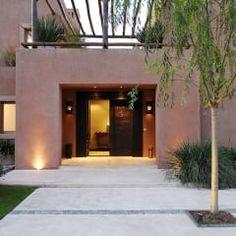 EXTERIORES: Casas de estilo moderno por JUNOR ARQUITECTOS Luxury Homes Dream Houses, Front Entrances, Carving Tools, Home Repair, Residential Architecture, Garage Doors, Villa, Mansions, House Styles