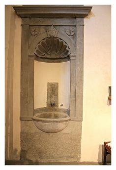 Firenze Lavamani in pietra serena, realizzato dallo scalpellino Zuffanelli nel 1840.