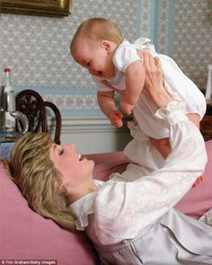 Princess Diana and her first born, Prince William. D'awwww :) princess Diana she was a good mother, she loved to play with her son Prince William. Princess Diana Photos, Princess Diana Family, Royal Princess, Princess Of Wales, Princess Charlotte, Princess Diana Car Crash, Lady Diana Spencer, Prinz Charles, Princesa Real