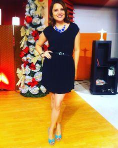 Vestido negro casual. Zapatos color turquesa. Accesorios: cinturón delgado negro y collar azul fuerte.