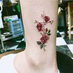 Tatuagem colorida não é minha especialidade mas hoje abri uma exceção pro Ramo de lavanda da Viviane ...