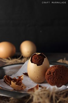 Perfect for Easter party! Easy chocolate brownie baked inside an egg shell! (in Italian with translator) Cute Food, Good Food, Yummy Food, Yummy Treats, Delicious Desserts, Baking Recipes, Dessert Recipes, Egg Recipes, No Bake Brownies
