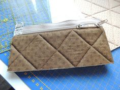 flor de minuto: Tutorial estuche guardahilos Luggage Bags, Purses And Bags, Zip Around Wallet, Coin Purse, Projects To Try, Vanity, Quilts, Sewing, Couture