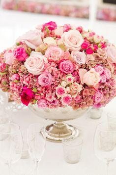 Roses à profusion // Classic round centerpiece with luxurious pink flowers.