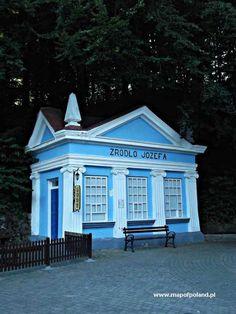 Ten urokliwy niebieski domek to cenne źródło Józefa w Iwoniczu Zdroju. #Podkarpacie #IwoniczZdrój #uzdrowisko #spa #woda #relaks/ #Poland #travel #water #relax #weekend