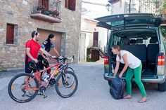 Saliendo de un hotel asociado a Bikefriendly. Fotop © A. Muñoz Romero. Club, Marketing, Architecture, Projects