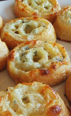 - next time make with puff pastry - Super Bowl Three Cheese Pinwheels - cup shredded mozzarella cheese, cup… Finger Food Appetizers, Yummy Appetizers, Appetizer Recipes, Snack Recipes, Cooking Recipes, Pinwheel Appetizers, Easiest Appetizers, Appetizers Superbowl, Super Bowl Recipes