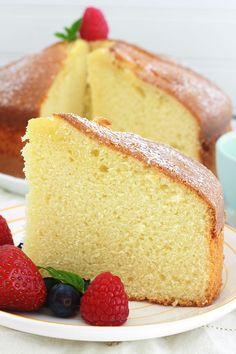 La recette du gâteau au yaourt classique, indémodable, sans beurre. Ce gâteau plaît aux petits et aux grands. Très facile à réaliser, hyper moelleux et peut se décliner de mille et une façons. En particulier, en ajoutant des fruits frais, surgelés ou secs. Les quantités des ingrédients sont faciles à mémoriser puisqu'on utilise le pot de yaourt comme mesure. Il est tellement simple que vous pouvez le réaliser avec votre enfant.