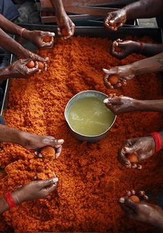 Allahabad, India: Laddu, a traditional sweet, is prepared at the Hanuman Temple during the Hindu festival of Hanuman Jayant which commemorates the birth of the deity. Fotojournalismus, Comida India, Indian Colours, Amazing India, Hindu Festivals, Mughal Empire, Indian Sweets, India Travel, Belle Photo