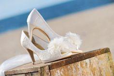 Prachtige vintage bruidsschoenen met een peeptoe. Deze bruidsschoen is gemaakt van leer en kant is voorzien van een kleine plateauzool.