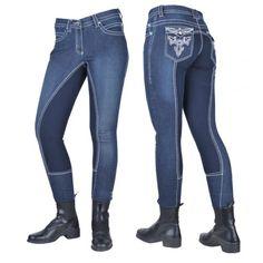 Modieuze jeans rijbroek met in het oog springende borduursels op de achterzakken en mooie contrast naden. De broek zit erg comfortabel, en heeft een 3/4 alos elastisch leren zitvlak. De broekspijpen zijn voorzien van een klittenbandsluiting Zitvlak: 60% nylon, 40% polyrethan Bovenmateriaal: 95% katoen, 5% lycra