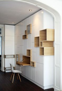 Grand-meuble-de-rangement-mural-design-avec-casiers-intercalés-en-bois-et-laque-blanche. Interior Architecture, Interior And Exterior, Interior Design, Wall Shelves, Shelving, Wall Storage, Bookcase Storage, Closet Shelves, Ikea Storage