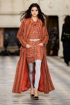 Chanel Pre-Fall 2021 Collection - Vogue Chanel N 5, Chanel Runway, Chanel Fashion, Boutique Haute Couture, Style Couture, Haute Couture Fashion, Leggings Gris, Legging Bleu, Stella Tennant