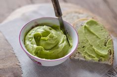 Il burro di avocado è una preparazione perfetta per chi segue una dieta vegana, utilizzate un avocado maturo, olio di riso, burro di cacao e olio di oliva.