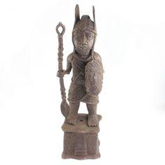 Statuetă Războinic Edo | Imperiul Benin | bronz | cca 1900 | Nigeria Art Nouveau, Art Deco, African Sculptures, Exotic Art, African Masks, African Jewelry, Tribal Art, Asian Art, Contemporary Art