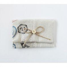 Portatodo de yute adornado con un lazo  de esparto  Rematado con boton de color natural  Medidas: 12cm (ancho) x 8.5cm (alto)