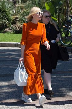 Blanchett opts for a quirky burnt orange corduroy dress in Cannes White on the mark! The Aviator star paired the daring choice of dress with white framed su.White on the mark! The Aviator star paired the daring choice of dress with white framed su. Style Année 70, Style Retro, Classy Outfits, Cool Outfits, Fashion Outfits, Womens Fashion, Cate Blanchett, Killer Heels, The Vampires Wife