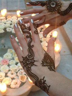 Tradycyjny tatuaż wykonywany henną na dłoniach.