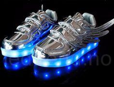 Dragonfly LED barnesko i sølv.  LED-skoene finner du i nettbutikken ledtrend.no. Prisene på ledskoene varer varierer fra 599-, og oppover, GRATIS frakt på alle varer. Vi har mange forskjellige LED-sko, ta en titt da vel? på: www.ledtrend.no