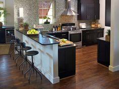 desayunador en dos niveles. Con textura en una pared. Mejor que no sea la de la cocina por la grasa y demas.