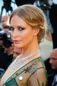 Hair Updos That Are So Chic They'll Work For Any Occasion Poppy Delevingne bei den Filmfestspielen von Cannes 2015 Poppy Delevingne, Cannes Film Festival 2015, Festivals 2015, Marie Claire, Updos, Redheads, Bangs, Poppies, Curls