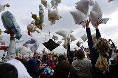 Pillow fight, Budapest/Piovono piume d'oca: scoppia la battaglia dei cuscini