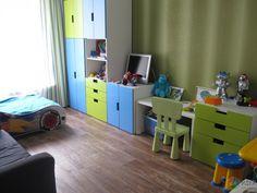Детская, пожалуй, самая законченная комната. Не хватает чехла на диван, да полочек под картинки и фотографии. Чем мне нравится мебель Стува от Икеа, что она как конструктор- как хочешь, так и располагай! Диван, шторы, стульчики- все Икеа.