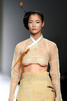 Lee Young Hee old school hanbok closeup. Korean Hanbok, Korean Dress, Korean Outfits, Korean Traditional, Traditional Fashion, Traditional Outfits, Asian Fashion, Fashion Beauty, Seoul Fashion
