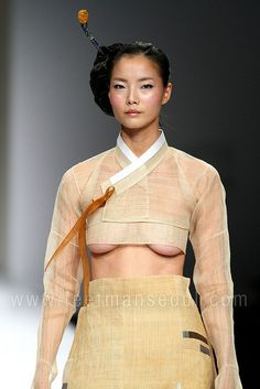 Lee Young Hee @ Seoul Fashion Week S/S 2010 by feetmanseoul, via Flickr