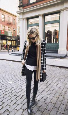 Maxi casaco xadrez, suéter preto, camisa branca, calça skinny preta, ankle boot, botinha de bico fino