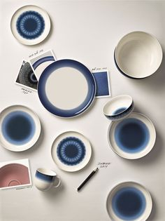 Piatti, ciotole e tazze, blu profondo e bianco candido. Rörstrand: a 300 hundred years story. Dishes, bowls and mugs, deep blue and pure white. Fotografia / Photography: Bohman + Sjöstrand for Rörstrand Ceramic Tableware, Ceramic Pottery, Kitchenware, Blue Table Settings, Porcelain Countertops, Le Grand Bleu, Monday Inspiration, Style Deco, Scandinavian Furniture