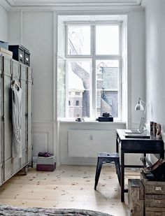 I would want to have my closet looking like this, & the desk as a jewelry & beauty table :)