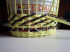 wicker paper DIY Newspaper Flowers, Newspaper Basket, Newspaper Crafts, Origami Box Tutorial, Basket Weaving Patterns, Types Of Weaving, Papercrete, Willow Weaving, Paper Wall Art