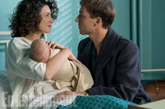 New #Outlander S3 pic with #CaitrionaBalfe and #TobiasMenzies as #ClaireRandall and #FrankRandall ….and a wee #Brianna . Via EW . #Outlander #outlanderStarz #OutlanderSeries #OutlanderSeason3
