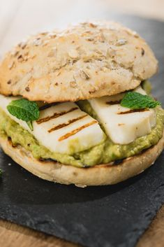 T - Haloumi burger Halloumi, Vegetarian Lunch, Vegetarian Recipes, Healthy Recipes, Feta, Good Food, Yummy Food, Tasty, Salad