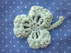 「クローバー」リアリティのあるクローバーを作りたくて試行錯誤しています。これは編みやすいようにちょっと変えたものですが、もっとリアルな形にも編めます。[材料]毛糸またはレース糸など