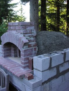 Four à pizza bois : Bread/ Pizza Oven Construction I built this oven in the summer of I am not Alan Scott of Ovencrafters although I could not have done this project without his help. His book was my Pizza Oven For Sale, Build A Pizza Oven, Brick Oven Pizza, Pizza Oven Outdoor, Brick Oven Outdoor, Bread Oven, Bread Pizza, Pizza Oven Fireplace, Mobile Pizza Oven
