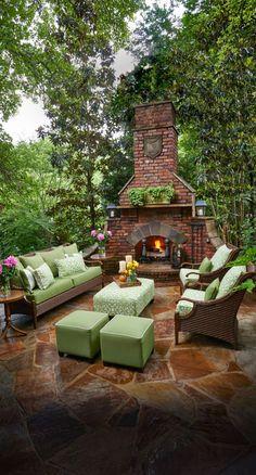 diseño jardines, decoración con sofá y sillones con almahodas en verde y chimenea con fuego ardiendo