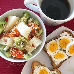 Nada como um farto café da manhã no domingo, né? Esse da foto foi o que a @mi_veggie comeu hoje. Hummm! ☕️🍞🍳🍎 #regram #atitudeboaforma #breakfast
