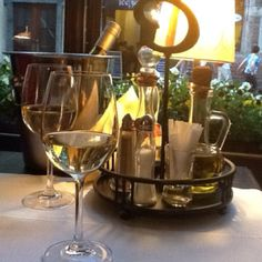 Krakovassa viiniä ruoan kanssa.