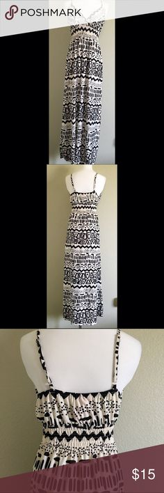 Printed Black & White Maxi Dress. Pretty Printed Black & White Maxi Dress. Built in bra padding for added support. Size Large. 95% polyester and 5% spandex. In great condition. Dresses Maxi