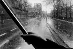 Erich Hartmann , Passenger boarding a bus in the rain. Kensington, London. 1973