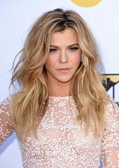 Singer Kimberly Perry of The Band Perry went for sexy beach waves and a nude lip.