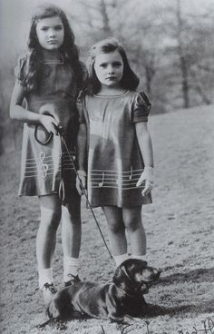 Jackie and little sister, Caroline Lee, known as Lee. Vintage Dachshund, Vintage Dog, Dachshund Love, Vintage Children, Daschund, John Kennedy, Les Kennedy, Jaqueline Kennedy, Jacqueline Kennedy Onassis
