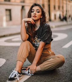 Portrait Photography Poses, Photography Poses Women, Portrait Poses, Street Photography, Best Photo Poses, Girl Photo Poses, Girl Poses, Senior Picture Poses, Teen Photo Shoots